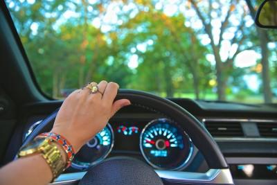 La mujer es más segura al volante